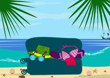 Kust- och havsvågor uitcase med sakerlögn på stranden saker för ferierna Royaltyfria Foton