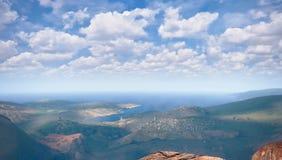 Kust- område, härlig kust- och blå himmel stock illustrationer