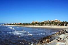 Kust op het strand, met hotels stock foto's