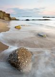kust- over rocks några tvättwaves Arkivbild