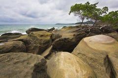 Kust rots bij eiland Kood Stock Foto's