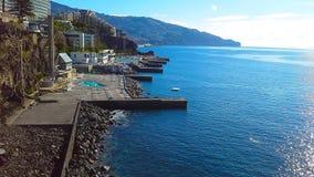 Kust rotsachtige lijn van hotels in Funchal, Madera, Portugal Stock Afbeelding