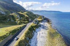 Kust- rutt för vägbank i nordligt - Irland, UK Arkivbild