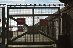 Kust- säkerhetsbarriär på New Haven i östliga Sussex Royaltyfri Bild