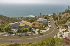 Kust- sikter av hem i Laguna Beach Kalifornien som ser sluttande i bostads- grannskap Arkivbilder