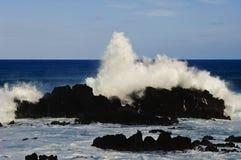 kust- slående enorma waves för klippor Royaltyfria Foton