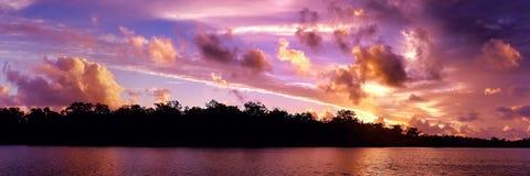 Kust- soluppgångsikt för storartat rött moln australasian arkivbild