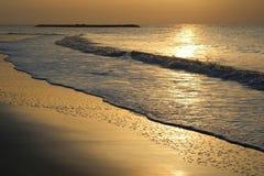 Kust soluppgång, sand, natt, apelsin, sommar, sol, skymning, moln, solsken, våg, strand, guld, skönhet, solnedgång, fjärd, himmel Arkivfoton