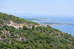 kust som kör berg nära vägskåpbilen Royaltyfri Foto