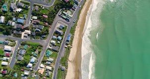 Kust- stad med bottenlägehus och stranden med havet Shevelev lager videofilmer