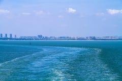 Kust- stad på havet Royaltyfri Fotografi