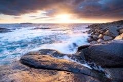 Kust tijdens onweer, Lofoten-eilanden, Noorwegen Overzeese kust en golven Natuurlijke zonsopgang op de kust royalty-vrije stock foto