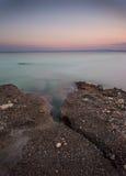 Kust tijdens zonsondergang in Krk, Kroatië Stock Foto's
