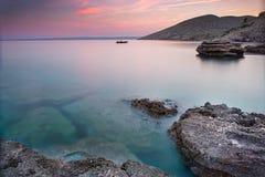 Kust tijdens zonsondergang in Krk, Kroatië Royalty-vrije Stock Afbeeldingen
