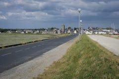 Kust- väg in i Portbail, Normandie, Frankrike Arkivbild