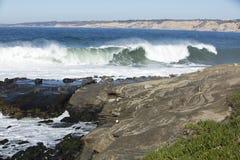 Kust- vågor för högvatten som slår den La Jolla Kalifornien kusten Royaltyfri Foto