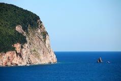 Kust- vaggar med skogen på den i Adriatiskt havet arkivfoto