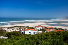 """Kust van de Atlantische Oceaan in de stad van Portugal van """"bidos à royalty-vrije stock afbeeldingen"""