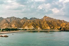 Kust van de Golf van Oman dichtbij Muscateldruif, mening van het overzees stock foto