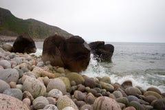 Kust van de grote ronde stenen van de Barentsz Zee Stock Afbeelding