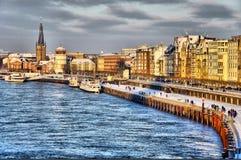 Kust van de rivier van Rijn tijdens dag in Dusseldorf Stock Foto's