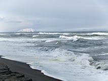Kust van de Stille Oceaan in de winter met een mening van de vulkanen in K royalty-vrije stock afbeeldingen