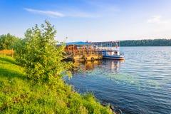 Kust van de Volga rivier in de ochtendzon Stock Fotografie