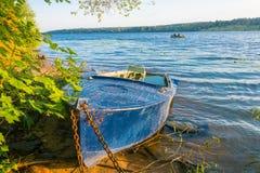Kust van de Volga rivier in de ochtendzon Royalty-vrije Stock Fotografie