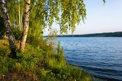 Kust van de Volga rivier in de ochtendzon Royalty-vrije Stock Foto