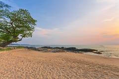 Kust van het Andaman-overzees bij kleurrijke zonsondergang stock foto