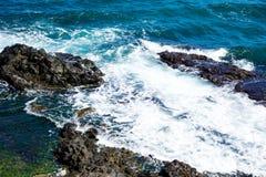 Kust van het blauwe overzees, golven, rotsachtige kust royalty-vrije stock afbeeldingen