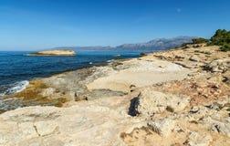 Kust van het Eiland Kreta met stenen en rotsen vulkanische rotsen Griekenland stock foto's
