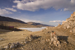 Kust van het meer van Baikal in de vroege lente Royalty-vrije Stock Foto's
