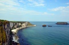 Kust van Ierland met klippen niet aan verre van Dublin Stock Foto