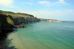 Kust van Ierland met overzees en klippen dichtbij Dublin Stock Afbeelding