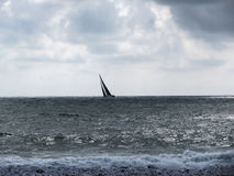 Kust van Marina di Pisa-strand tijdens regatta in een bewolkte dag bij de zomer Toscanië, Italië Royalty-vrije Stock Afbeeldingen