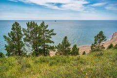 Kust van Meer Baikal dichtbij de dorpsbolsjewiek Koty Stock Fotografie