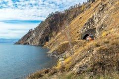 Kust van Meer Baikal op Spoorweg circum-Baikal stock foto's