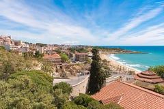 Kust van Tarragona in zonnige dag, Catalunya, Spanje De ruimte van het exemplaar Ruimte voor tekst Stock Afbeeldingen