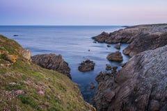 Kust- vandring till soluppgången i Quiberon i Brittany Fotografering för Bildbyråer