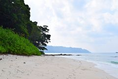 Kust- vegetation, vita Sandy Beach, hav, himmel och fred - Radhanagar strand, Havelock ö, Andaman Nicobar, Indien arkivfoto