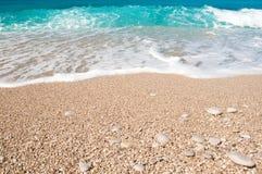 Kust, vågor och sandig strand Royaltyfri Fotografi