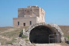 Kust watchtower met oude oven Stock Fotografie