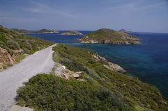 Kust weg op Patmos, Griekenland Stock Foto's