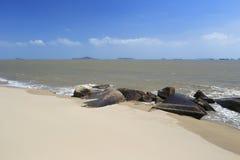 Kust zandig strand met stenen Royalty-vrije Stock Afbeeldingen