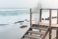 Kust, zandig strand, vage golven Stock Afbeeldingen