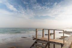 Kust, zandig strand, vage golven Royalty-vrije Stock Afbeeldingen