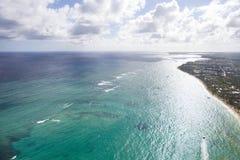 Kust- zon av Dominikanska republiken Sikt från cockpiten av helikoptern arkivbild