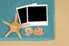 Kustbakgrund med sjöstjärnan och handduken Royaltyfria Bilder