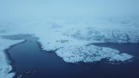 KustBarents hav Liggande med en sten i vattnet Vinterlandskap för arktiskt hav arkivfilmer
